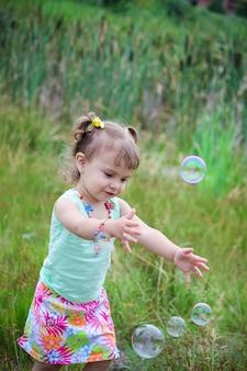 Criança deixe as bolhas de sabão. foco seletivo.