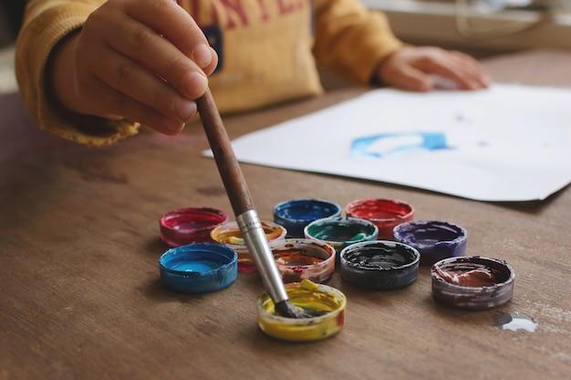 Criança desenha guache