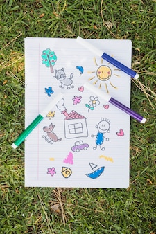 Criança, desenho, ligado, grama verde