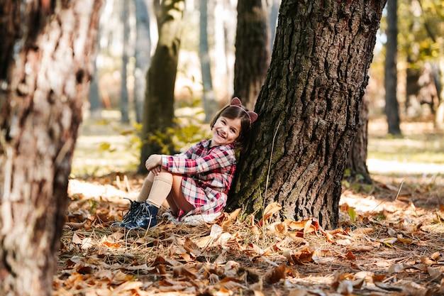 Criança desfrutar no parque no outono