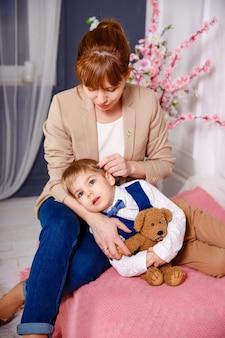 Criança doente com febre alta deitada na cama