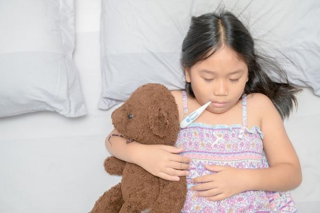 Criança doente com febre alta na cama