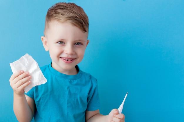 Criança doente com um termômetro, medindo a altura da febre e olhando para a câmera