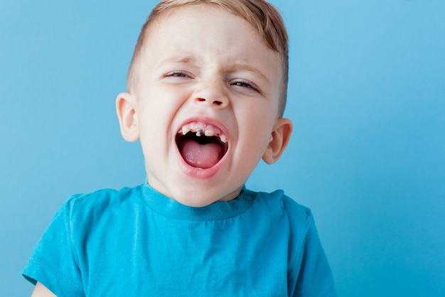 Criança doente com um termômetro, medindo a altura de sua febre