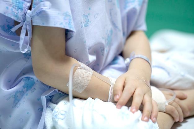 Criança doente em receber uma solução salina no hospital