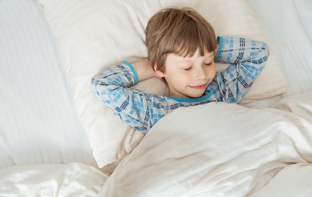 Criança dormindo na cama