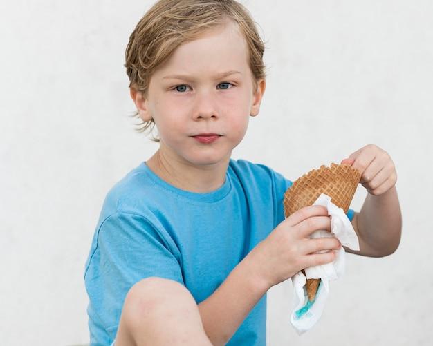 Criança dose média com sorvete