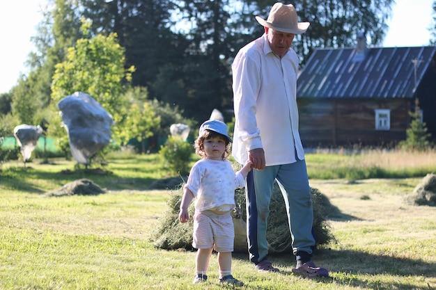 Criança e avô colheram feno
