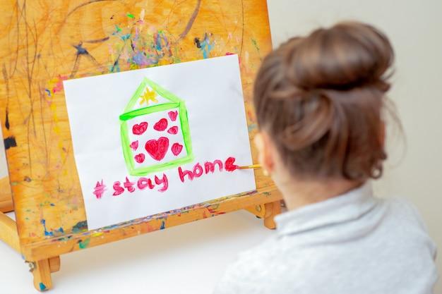 Criança é desenho de casa com corações
