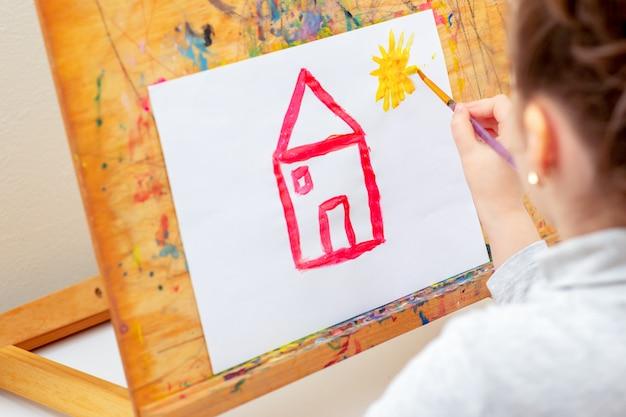 Criança é desenho de casa.