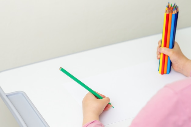 Criança é desenho de lápis de cor Foto Premium