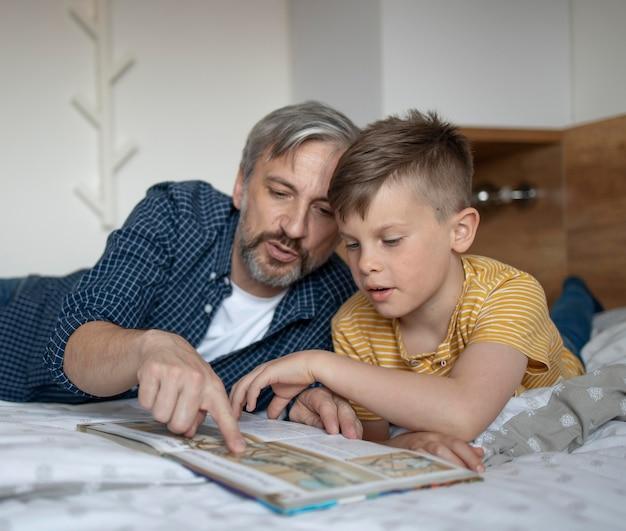 Criança e homem medidos a ler