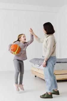 Criança e mãe fazendo mais cinco