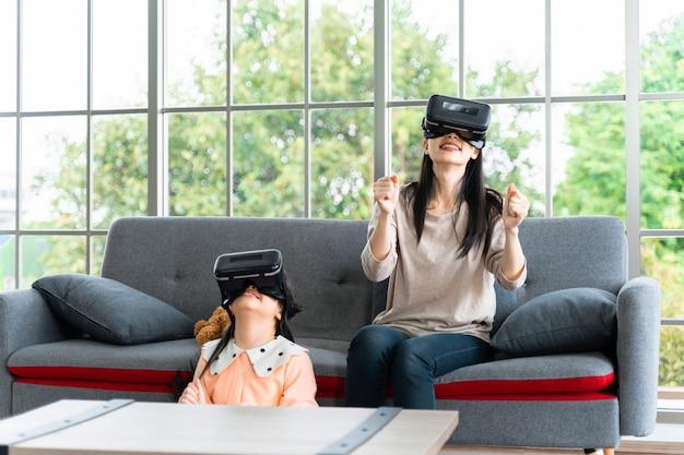Criança e mulher com fone de ouvido de realidade virtual