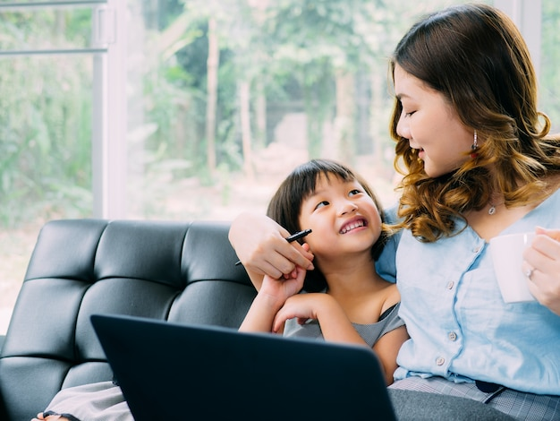 Criança e mun procurando labtop e se sentir feliz juntos
