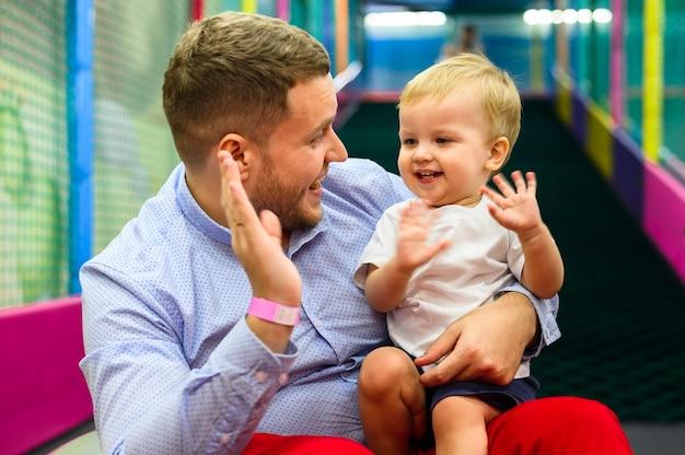 Criança e pai cumprimentando