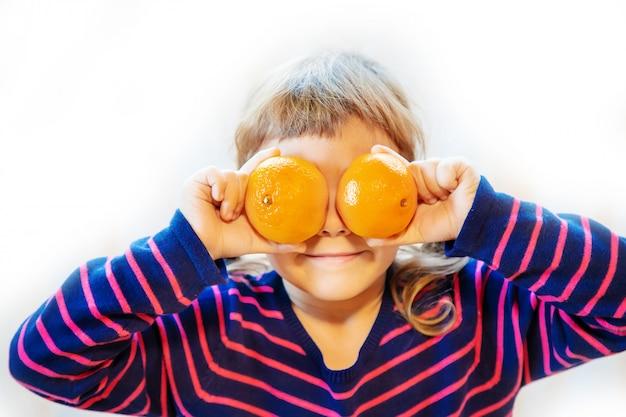 Criança e tangerina. foco seletivo. comida e bebida.