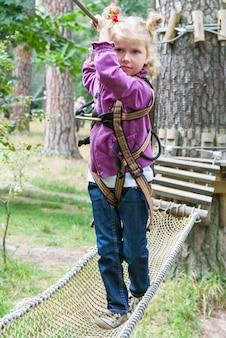 Criança, em, aventura, escalando, alto, fio, parque