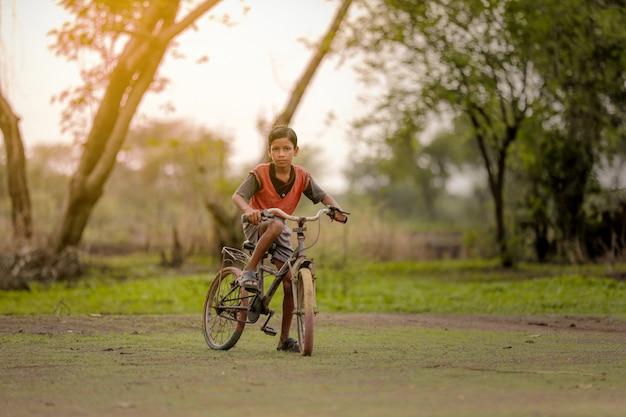 Criança em bicicleta