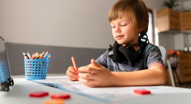 Criança em casa online interações com a escola