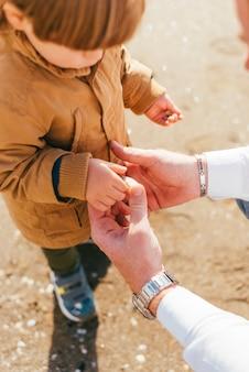 Criança, em, casaco, tocando, com, pai