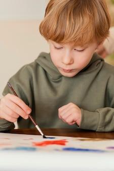 Criança em close-up pintando no papel