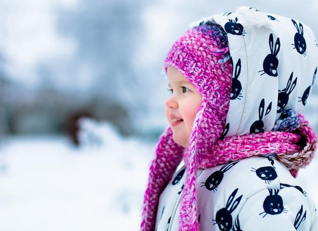 Criança em dia de neve