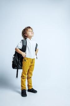 Criança em idade pré-escolar, caucasiano, com emoções faciais brilhantes