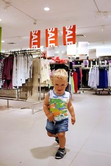 Criança em liquidação de loja de roupas em liquidação