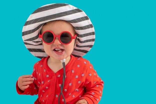 Criança, em, óculos de sol, e, chapéu