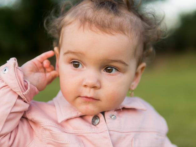 Criança em retrato de roupas cor de rosa