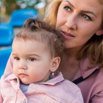 Criança em roupas cor de rosa e retrato de mãe