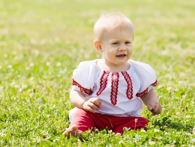 Criança em roupas tradicionais
