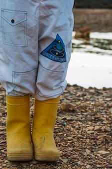 Criança em traje espacial