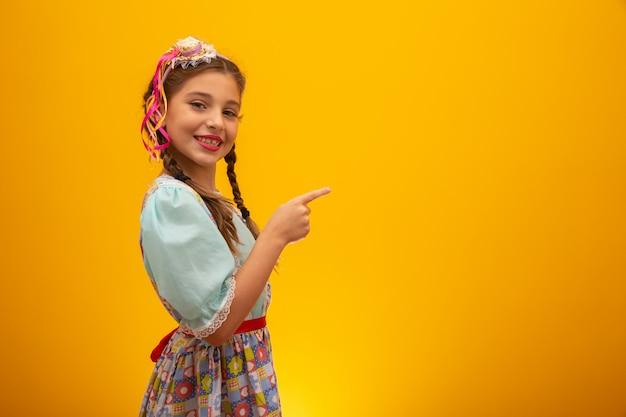 Criança em trajes típicos da famosa festa brasileira chamada