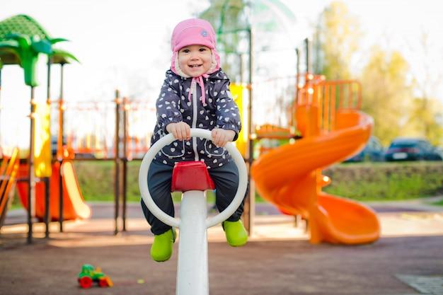Criança em um balanço na primavera