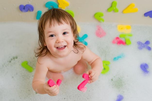 Criança, em, um, banho, com, espuma