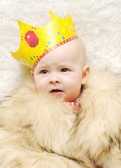 Criança, em, um, capa pele, e, coroa, ligado, um, fundo branco