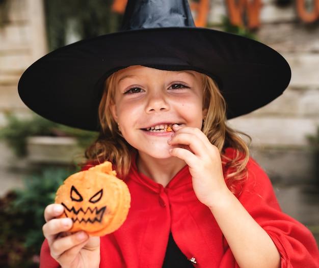 Criança em um traje de halloween