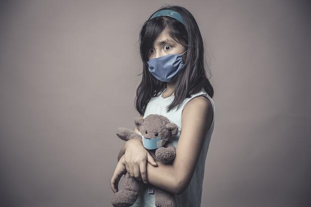 Criança em uma máscara médica, proteção contra gripe e resfriados