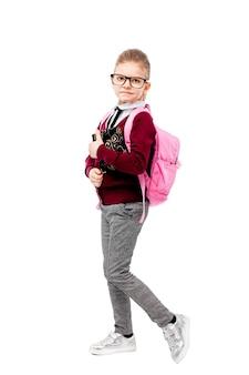 Criança em uniforme escolar com mochila rosa