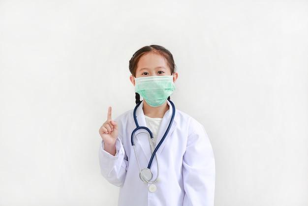 Criança em uniforme médico mostrando um dedo indicador