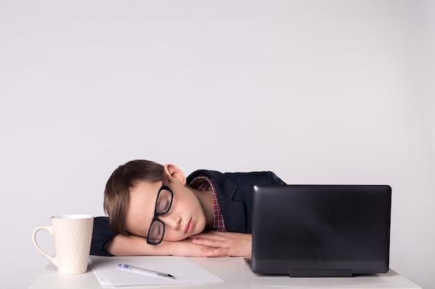Criança empresário cansa-se e adormece