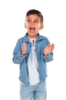 Criança engraçada com cabelo escuro batendo palmas e cantando