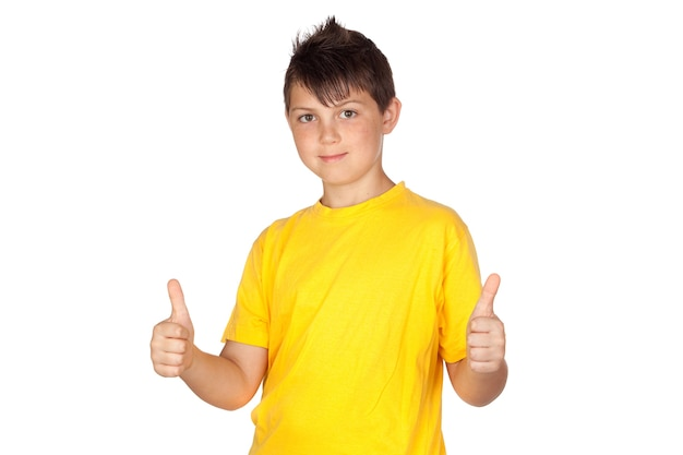 Criança engraçada com ditado de t-shirt amarela está bem isolado no fundo branco