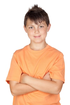 Criança engraçada com t-shirt laranja isolado no fundo branco