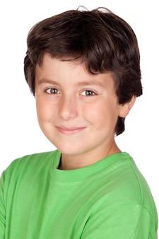 Criança engraçada com t-shirt verde isolado no fundo branco