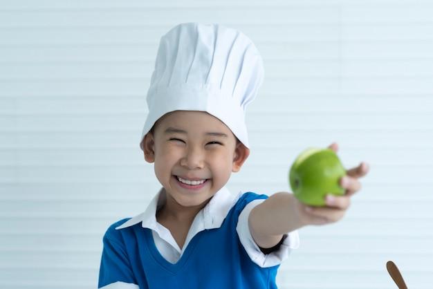 Criança engraçada comendo maçã