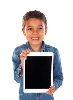 Criança engraçada latina com um tablet
