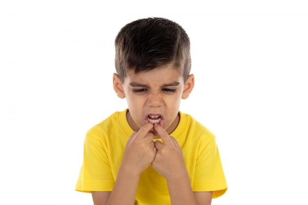Criança engraçada tirando sarro com a boca